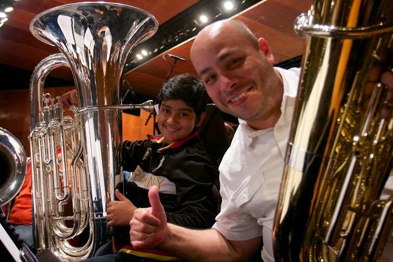Dos generaciones ensayando en un mismo escenario, Ángel Linares junto Alan Viloria integrante de de la Sinfónica Nacional Infantil de Venezuela comparten su emoción por estos 40 años de El Sistema