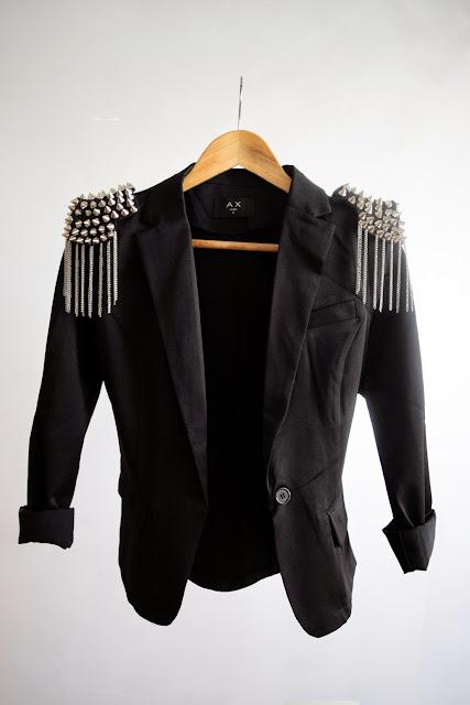 Epaulettes cloutées et veste noir de type blazer