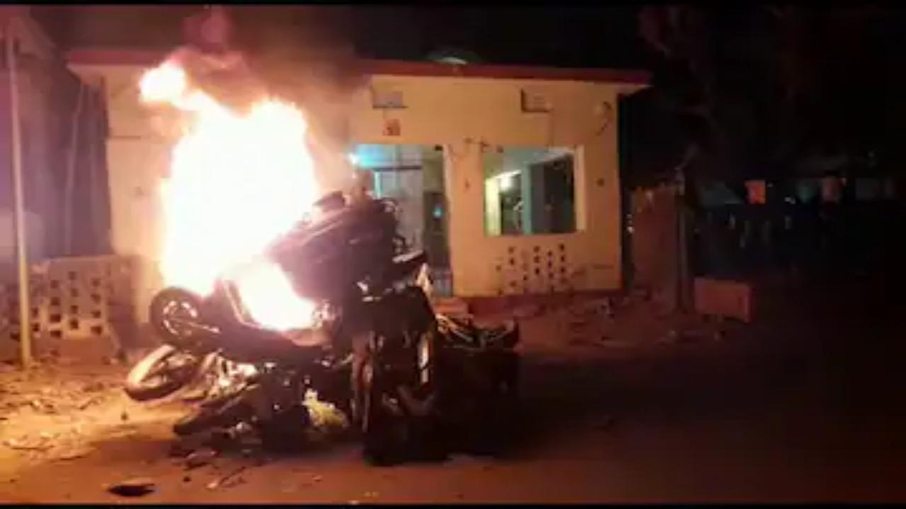आक्रोशित भीड़ ने थाने पर हमला बोल गाड़ियों में लगाई आग, जान बचाने के लिए पुलिस को चलानी पड़ी गोली