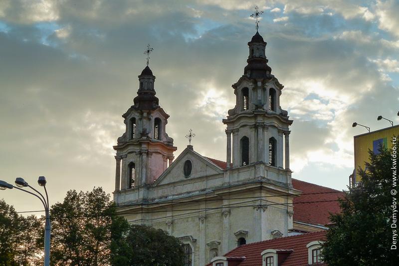 Костел Святых Петра и Павла прямо на остановке, где выполнял большую часть пересадок