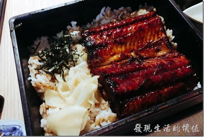 台南-鰻丼作好吃的鰻魚飯。這一份是「醬燒鰻魚飯」,NT390。用便當盒盛著端上來,其實重點就是「鰻魚」,現場料理的鰻魚魚肉厚實Q彈有口感,讓人吃了會心滿意足,CP值也是很高。