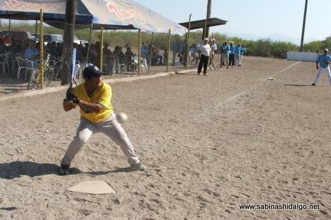 Juan Linares bateando por Águilas en el softbol del Club Sertoma