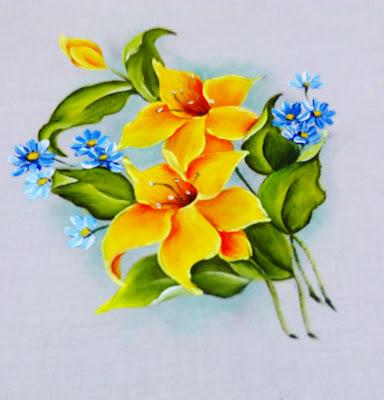 lirios amarelos com flores blues