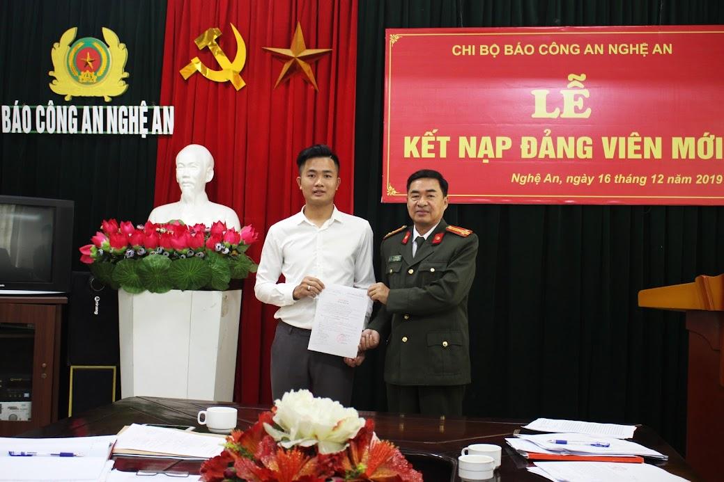 Đồng chí Thượng tá Lý Vĩnh Sinh, Phó Bí thư chi bộ, Phó Tổng biên tập Báo Công an Nghệ An trao quyết định kết nạp Đảng viên cho đồng chí Hồ Đình Hưng.