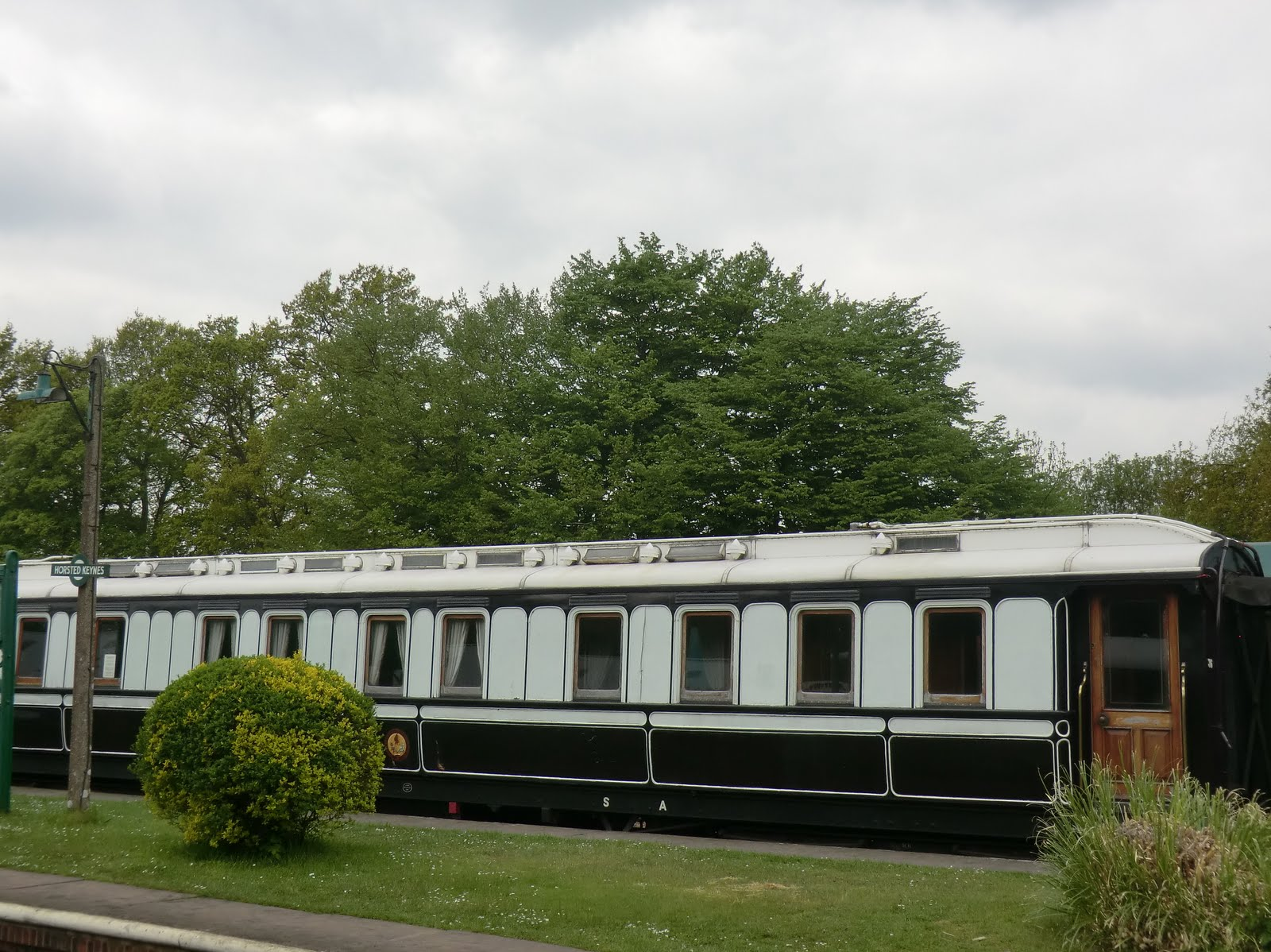 "CIMG6415 ""Semi-Royal"" carriage at Horsted Keynes station"