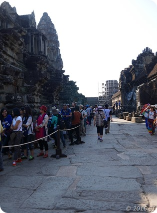 The long queue to go up to the top level (Bakan) of the Angkor Wat