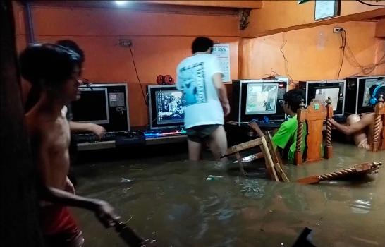 │Viral│ Siguen jugando en línea a pesar de inundación