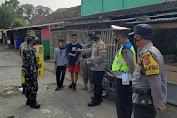Petugas Polsek Ciasem Bagikan masker Dalam Kegiatan Rutin Yang Ditingkatkan