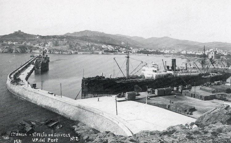 Vista del puerto ya acabado. Observese el tamaño de los buques atracados.JPG