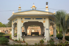 The main building has been dismissed, part of Gurdawara Tambu Sahib which still stands today