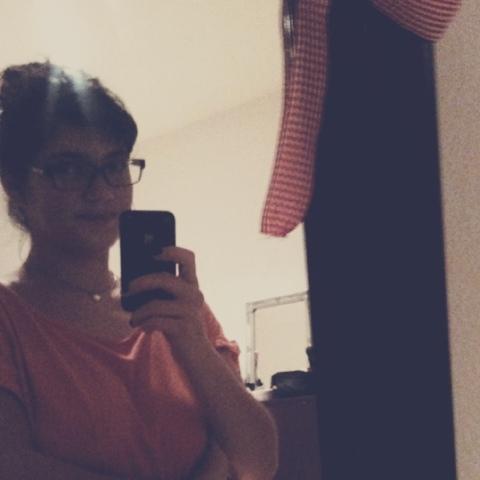 Fräulein Berger schaut kritisch in den Spiegel
