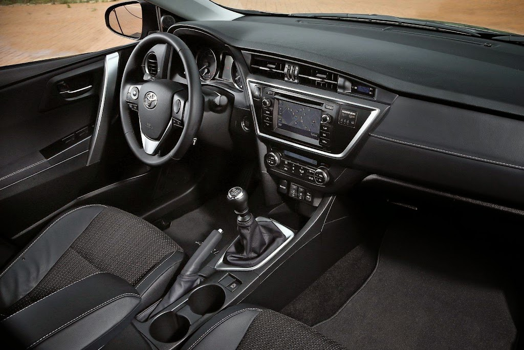 2013-Toyota-Auris-25