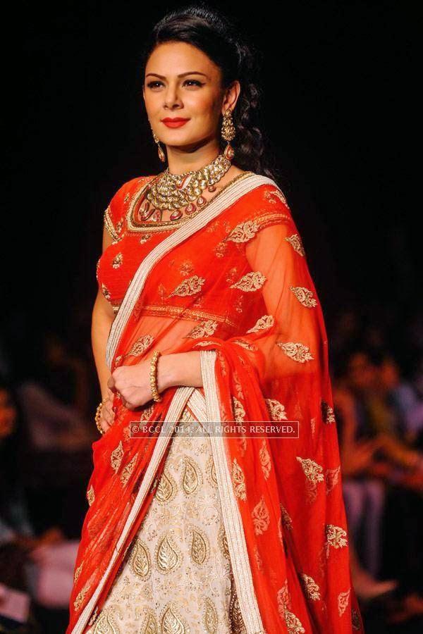 Aanchal Kumar showcases a creation by Mahabir & KIK Jewells on Day 3 of India International Jewellery Week (IIJW), 2014, held at Grand Hyatt, in Mumbai.