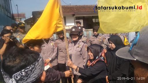 Pasang Bendera Kuning Depan Kantor KPU Sukabumi, Belasan Mahasiswa KAMMI Layat KPU