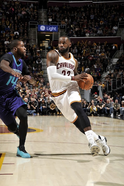 LBJ Ditches Soldiers and Goes Back to LeBron 13 Elite vs Hornets