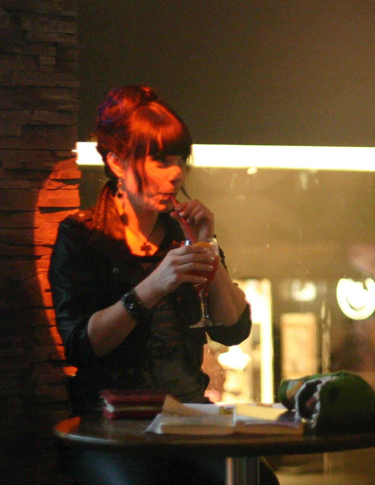 Kauhuskenaario 31.10.2012 - Laura_ja_kotiaidin_kilahdus.jpg