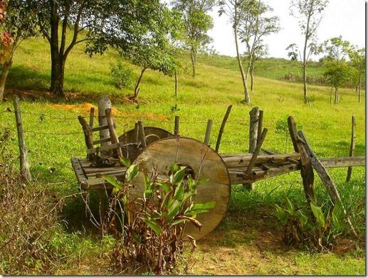 Velho carro de boi abandonado