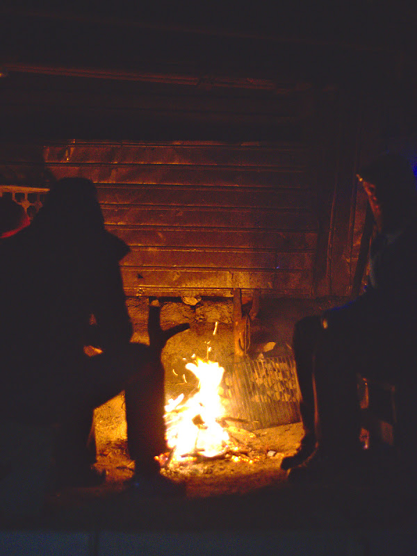 La stana si la caldura, in unul din putinele momente in care focul chiar ardea cum trebuie.