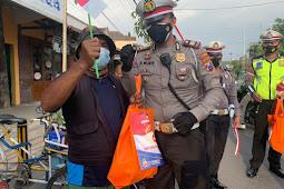 Wujudkan Polri Peduli, Satlantas Polres Bojonegoro Berikan Paket Sembako dan Bendera Merah Putih untuk Warga Terdampak Covid -19