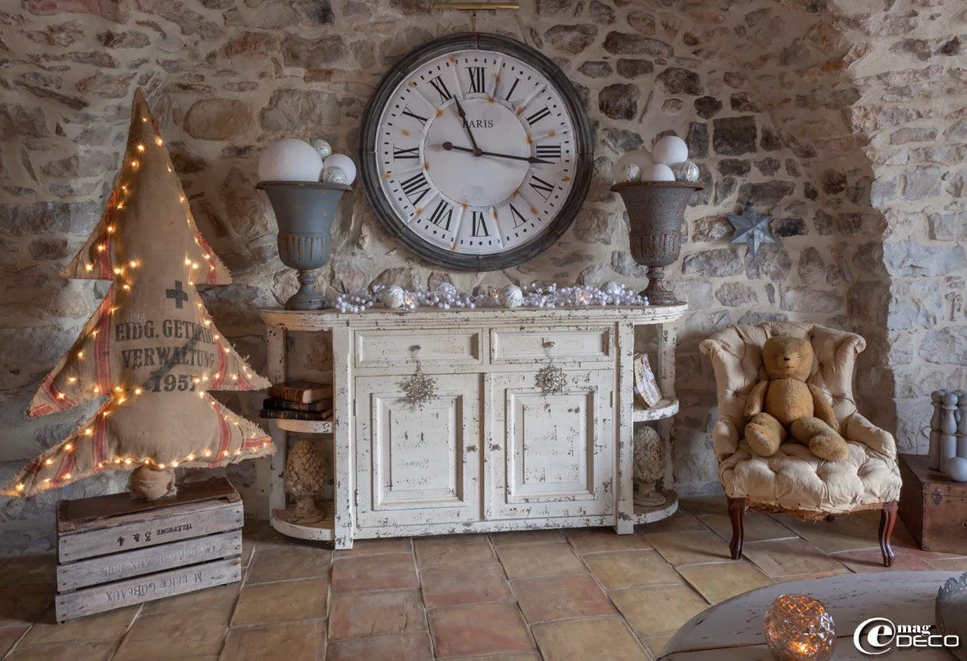 Sapin de Noël illuminé réalisé à partir d'une ancienne toile de jute, création 'Rose Velours' à L'Isle-sur-la-Sorgue, buffet 'Amadeus', horloge et vases Médicis en fonte 'Chehoma'