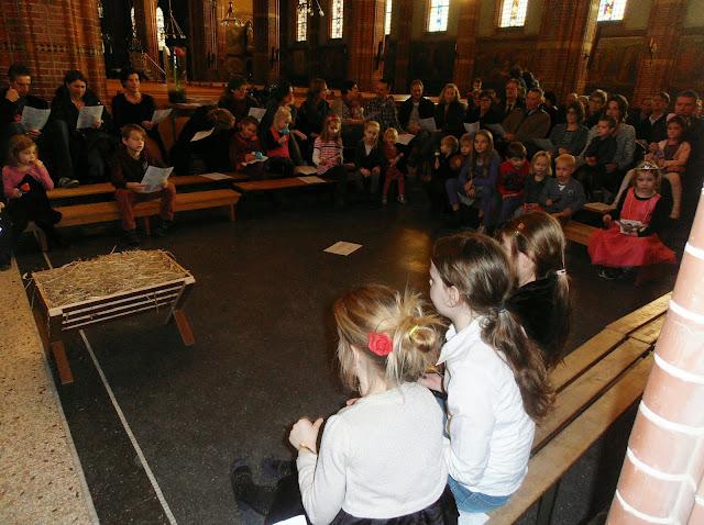 Kindje wiegen St. Agathakerk 2013 - PC251123.JPG