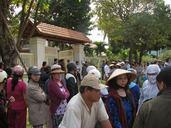 Người dân tập trung trước nhà ông Nguyễn Bá Thanh để chia buồn