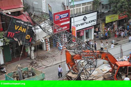 Hình 1: Vụ sập cần cẩu đường Cầu Giấy: Dừng thi công toàn bộ dự án