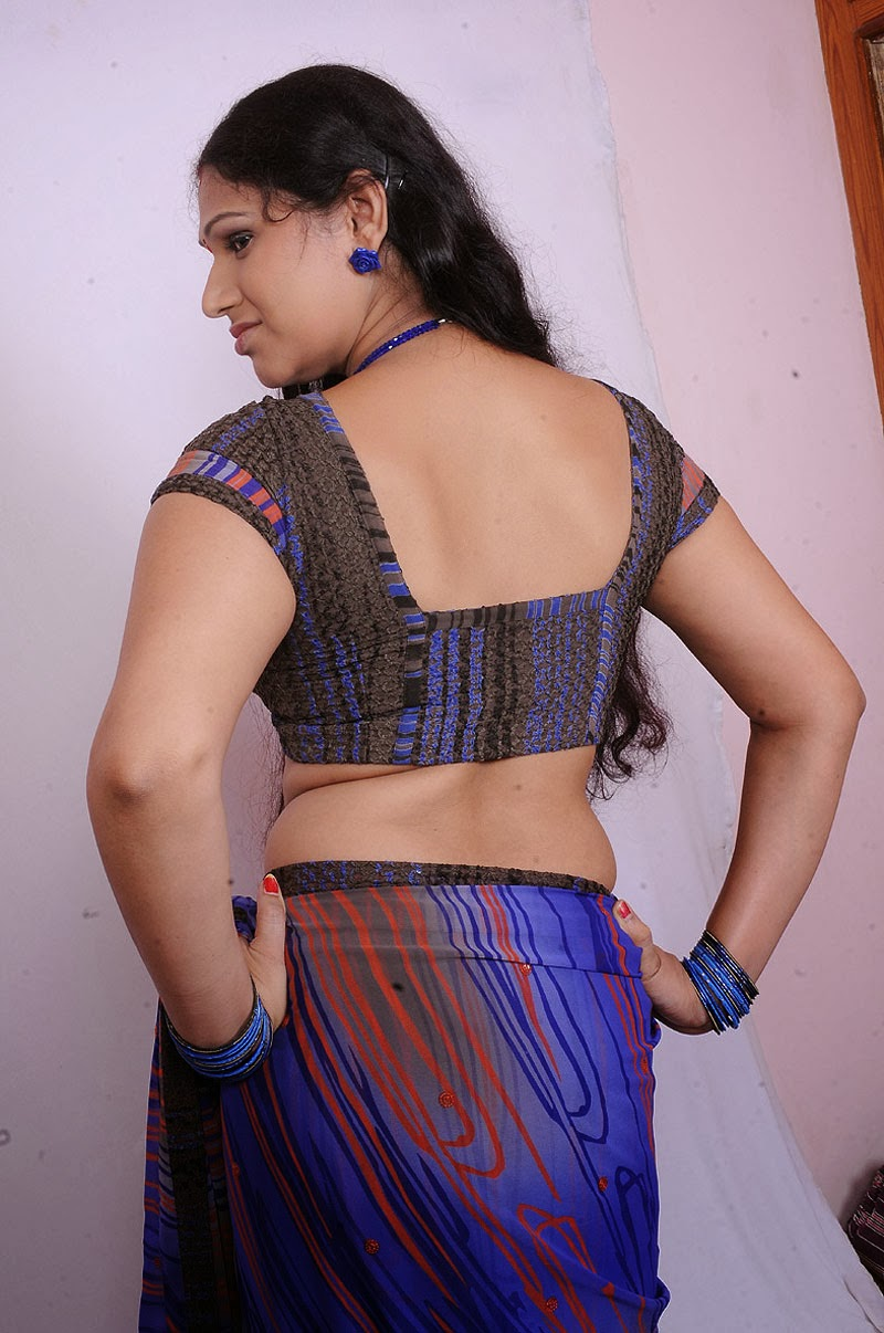 Aunty hot back in saree