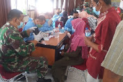 Danramil Purwosari Bersama 6 Babinsa Laksanakan Pengamanan dan Pendampingan Serbuan Vaksinasi Terhadap Siswa dan Warga Lansia