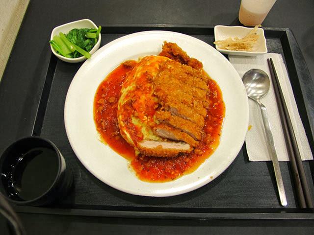番茄蛋包飯+豬排(肉醬) NT130-攬人小館台中蛋包飯