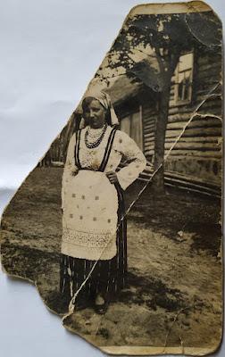 Анна Лупанова около дома Медведевых(из личного архива Лупанова Н.А.)