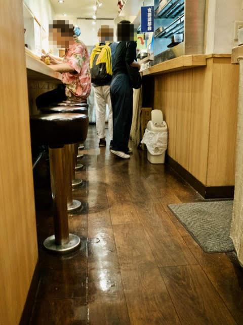 店内のカウンター席