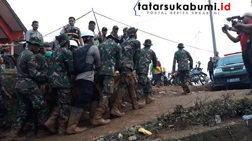 Kantung Jenazah kelima Proses evakuasi korban longsor Cisolok Sukabumi / Foto : Isep Panji (3/1/2019)
