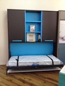 cama abatible con escritorio gris y azul