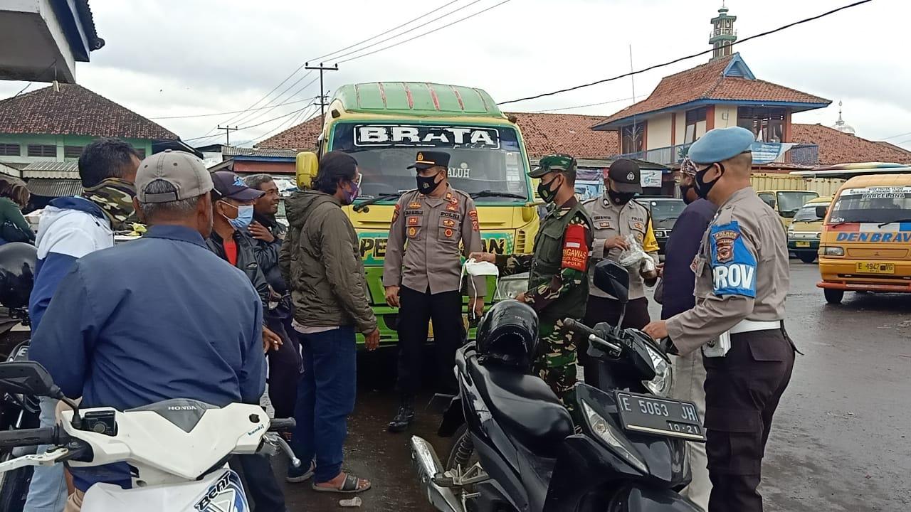 Cegah Covid-19, Polres Majalengka Polda Jabar Bagikan Masker Gratis di Wilkum Rajagaluh