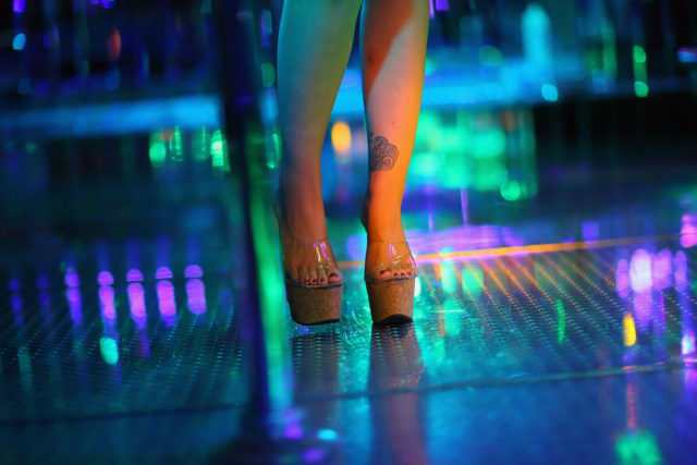 Professor é suspenso após levar alunos a clube de strip durante visita de estudo