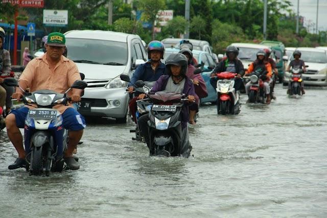 """Diguyur Hujan Pekanbaru Banjir"""