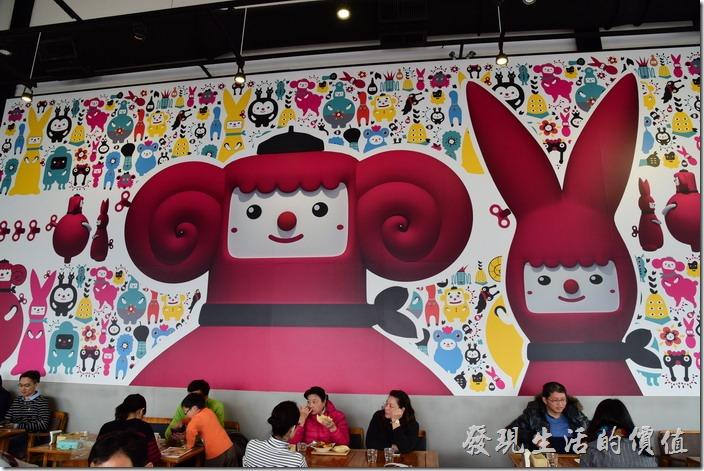 台南光合箱子早午餐咖啡廳的裝潢的另一個特色是這片大牆壁上五顏六色的Cute版動物圖騰。