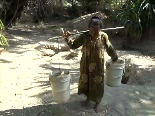 Krisis Air Bersih, Warga Marmoyo Gunakan Air Resapan Sungai Kering