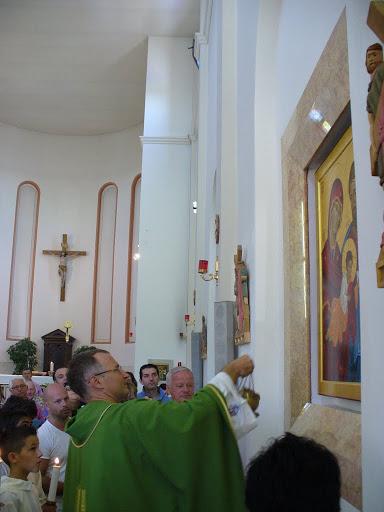 Don Cristiano benedice con l'incenso