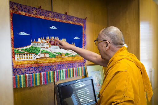 His Holiness the Dalai Lama tours FPMT International Office, Portland, Oregon, U.S., May 10, 2013. Photo by Leah Nash.