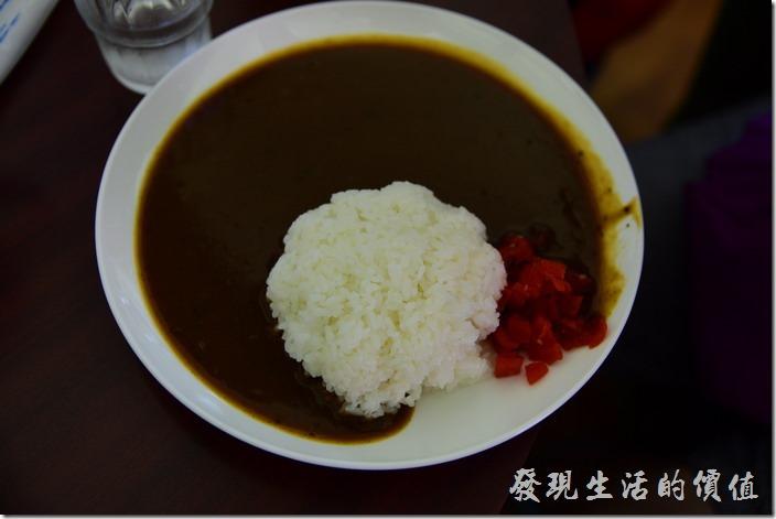 日本武鶴-紅磚博物館的海軍咖哩。【海軍カレーライス】,就是海軍日式咖哩,日幣730円。好簡單的菜色,就是白飯、咖哩、醃製過的蘿蔔,咖哩吃起來稍微辣辣的,個人感覺還不錯吃,當然就是和著白飯吃囉!第一次吃的朋友可能會覺得太單調,不過工作熊其實吃這樣的咖哩飯已經有點習慣,所以也不覺得有什麼問題,因為日式的咖哩飯就真的沒什麼配菜。