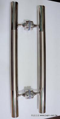 裝潢五金品名:PB6006-對組大把手長度:450m/m(孔距275m/m)長度:600m/m(孔距425m/m)長度:900m/m(孔距620m/m)長度:1200m/m(孔距800m/m)材質:白鐵鏡面+毛絲玖品五金