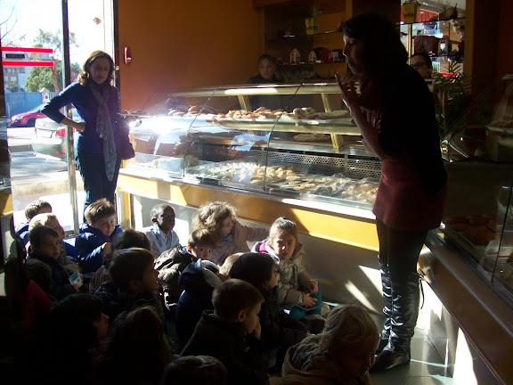 niños visitan pastelería