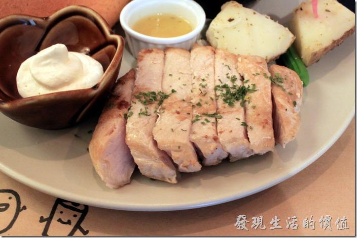 台南-和喫早午餐。可以把這麼厚的里肌肉煎熟也不簡單,應該有先煮過在煎,里肌肉的口感常紮實好吃,不過工作熊個人覺得味道稍淡,既使沾了擺在中間的蘋果醬也覺得淡,不過看這道里肌肉應該就是以清淡為主,所以也不能挑剃人家。