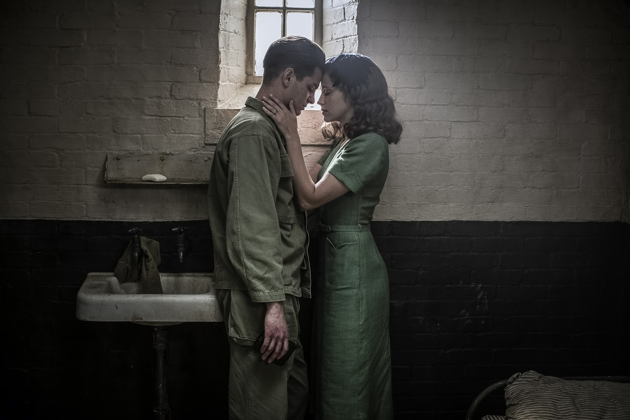 Desmond Doss (Andrew Garfield) and Dorothy Schutte (Teresa Palmer) in HACKSAW RIDGE. (Photo by Mark Rogers / Lionsgate).