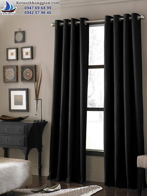 thiết kế phòng khách cá tính với rèm đen