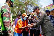Ratusan Masker Dan Nasi Bungkus, Dibagikan Petugas Dalam Patroli Mobiling Prokes di Jombang