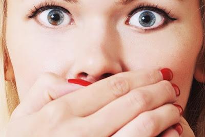 lấy tăm chọc vào khe răng