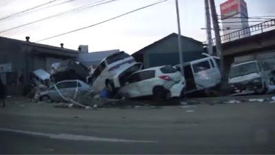 mobil bertumbukan di jalan akibat gempa bumi